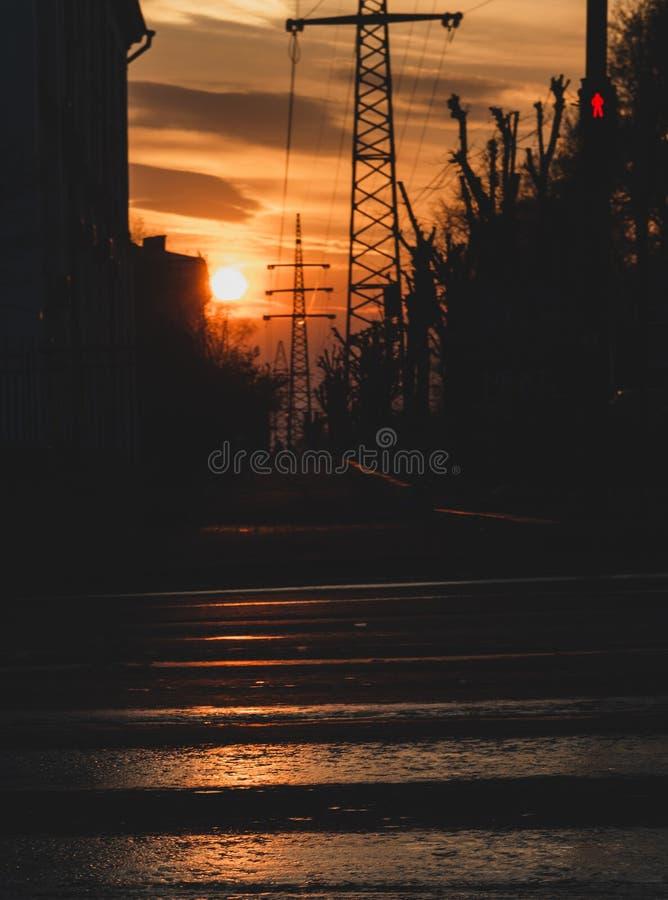 观看在城市街道上的日落 库存照片