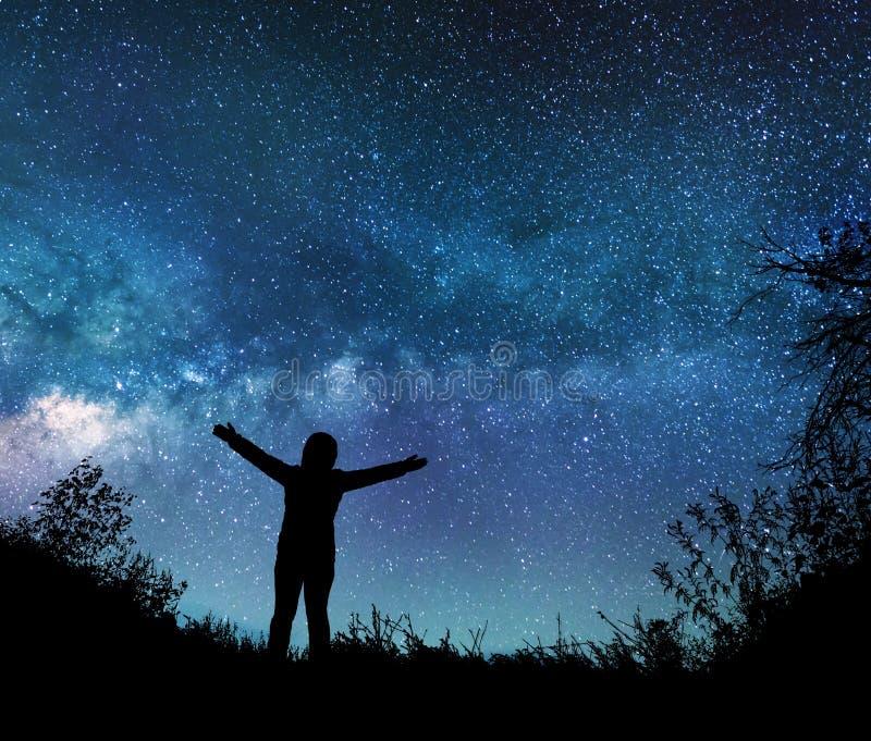 观看在夜空的女孩星 免版税库存照片