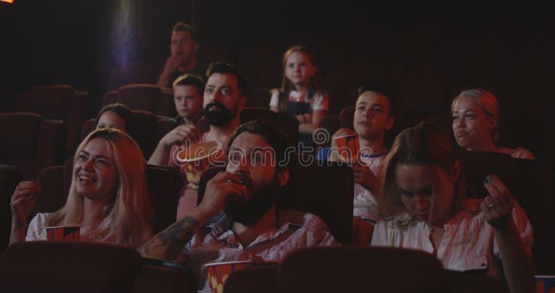 观看在戏院的影迷喜剧电影 免版税库存图片