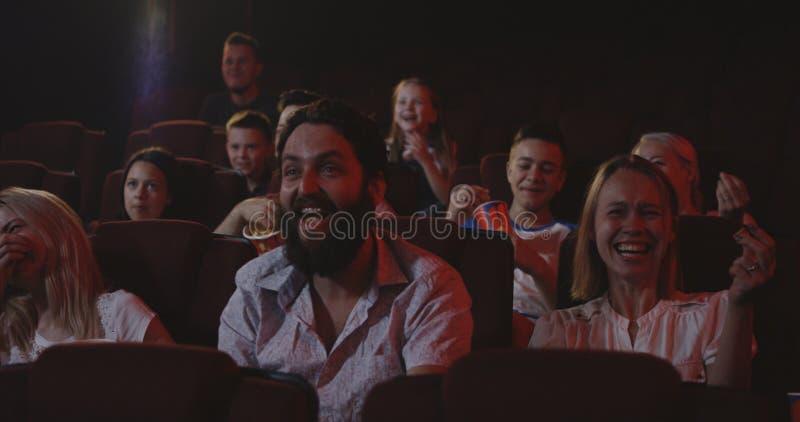 观看在戏院的影迷喜剧电影 免版税图库摄影