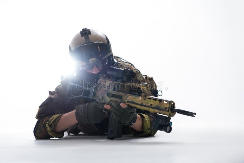 观看在攻击步枪的平静的战士 库存图片