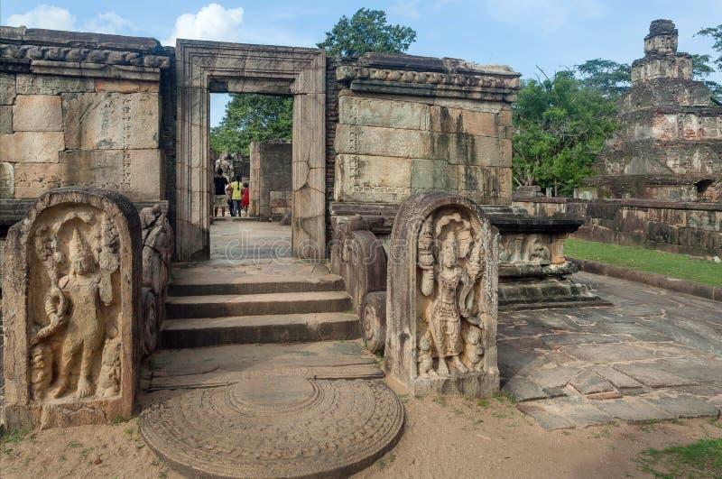 观看在有12世纪砖佛教寺庙的,斯里兰卡被破坏的城市附近的游人家庭  古老Polonnaruwa 库存图片
