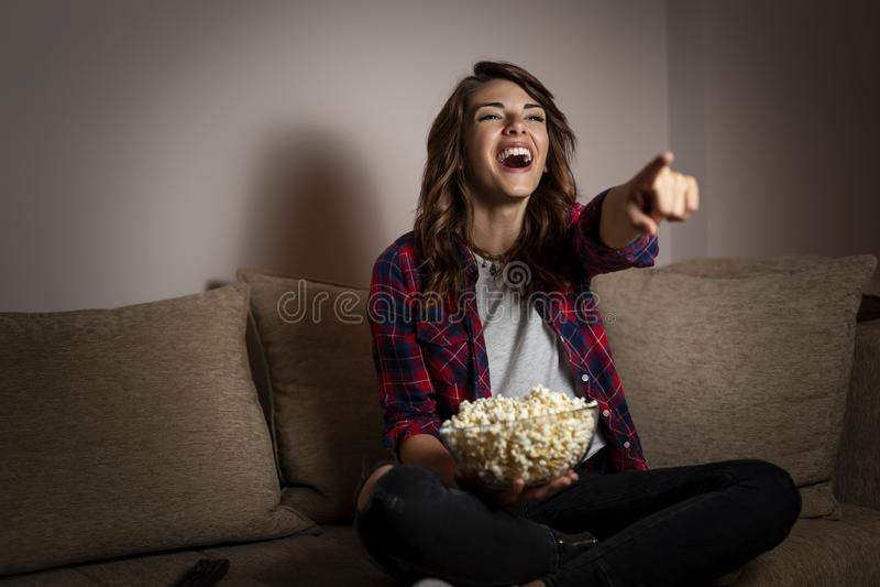 观看在电视的妇女一个喜剧 库存图片
