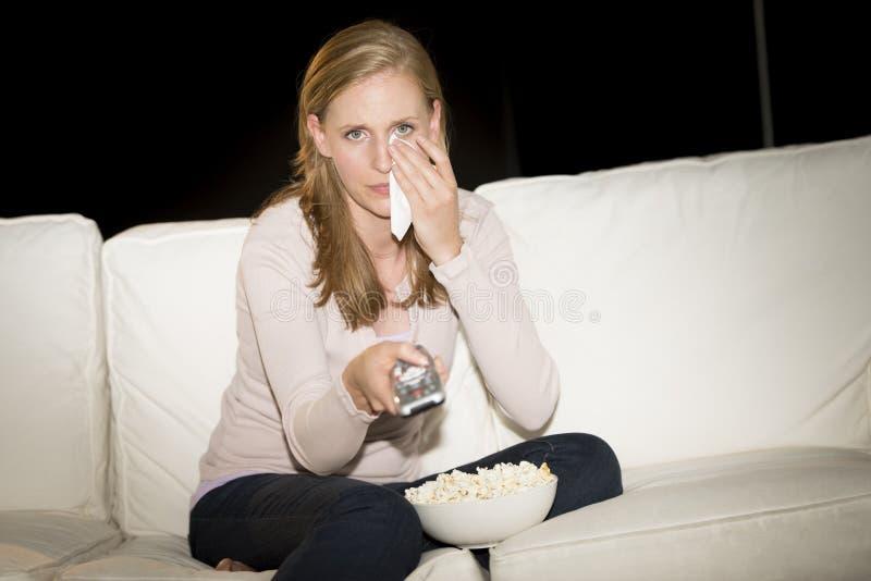 观看在电视的妇女哀伤的电影 免版税库存图片