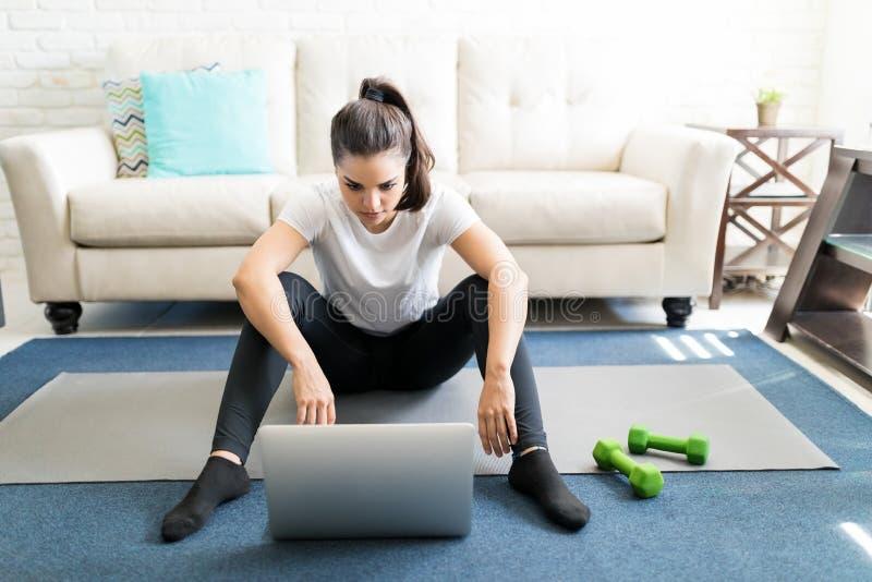 观看在网上健身录影 图库摄影