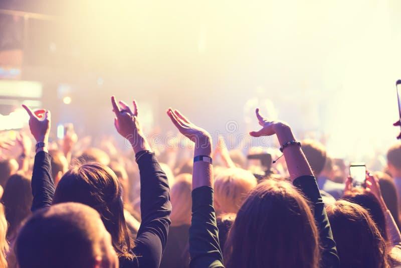 色观看_观看在阶段的观众音乐会. 欢呼, 成人.