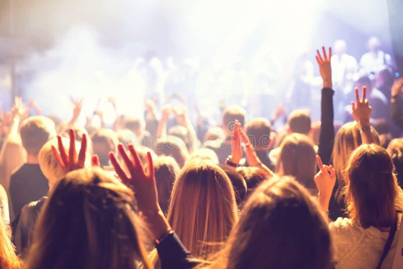 色观看_观看在阶段的观众音乐会. 靠山, 照明设备.