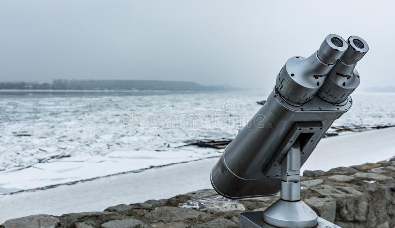 观看在冻多瑙河的双筒望远镜 图库摄影