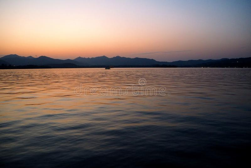 观看太阳去下来在Sunset湖 库存照片