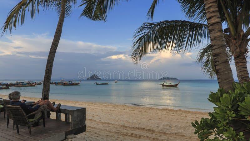 观看太阳的游人在酸值发埃发埃唐海岛设置了在Krabi,泰国 免版税库存图片