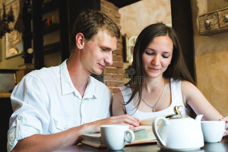 观看家庭照片册页的夫妇 免版税库存照片