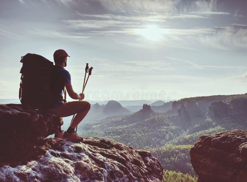 观看对太阳的远足者在天际 美好的片刻奇迹 图库摄影