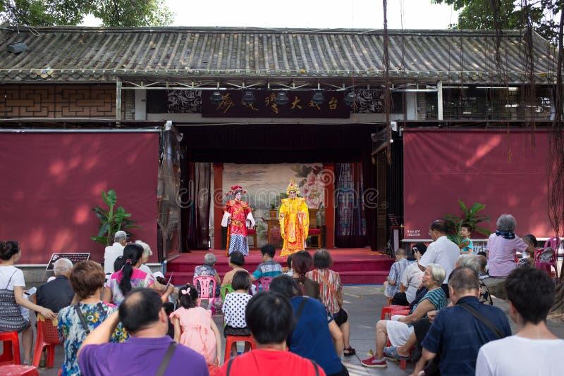 观看广东歌剧的人 库存图片
