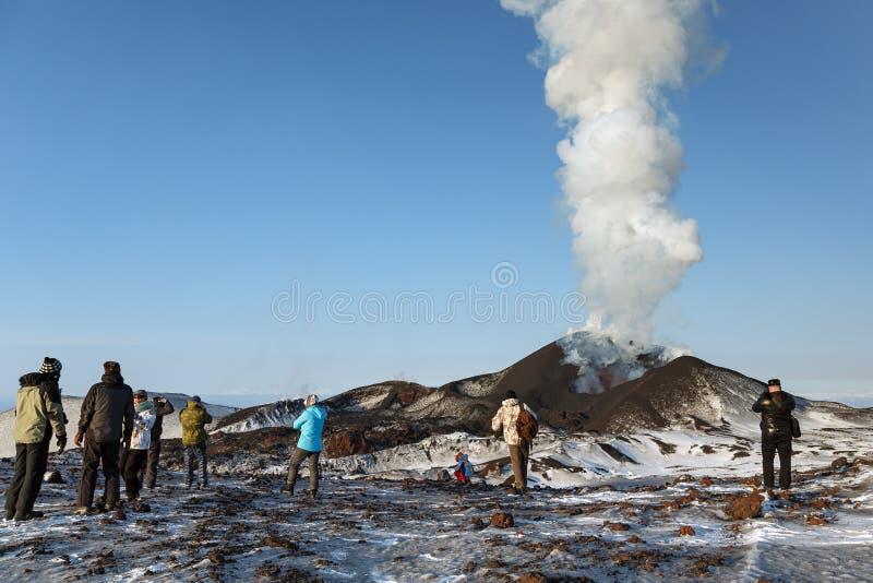 观看扎尔巴奇克火山火山的爆发的游人,抛出熔岩、灰、蒸汽和气体 堪察加 库存图片
