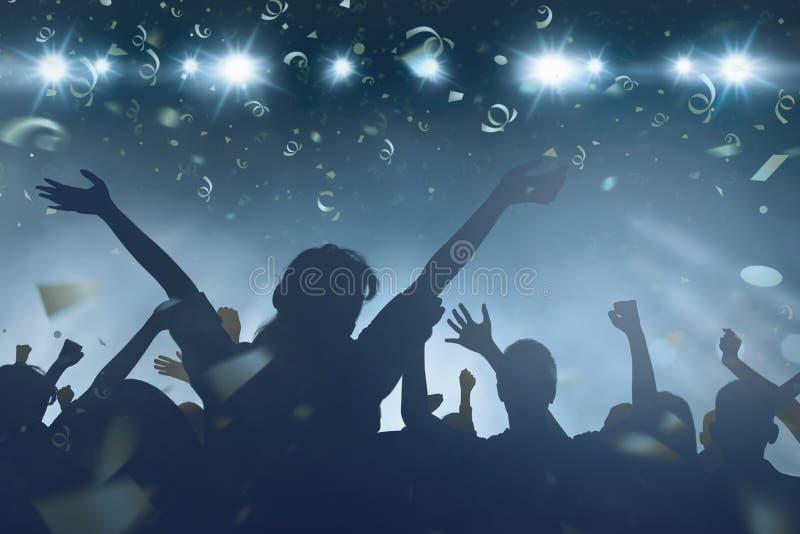 观看新年celebratio的愉快的人民人群  库存照片