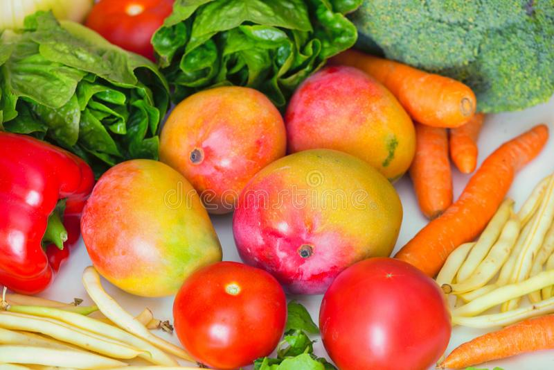 观看新鲜蔬菜的各种各样的类型,并且friuts,那为素食饭食以及成份是exellent健康盘 库存照片