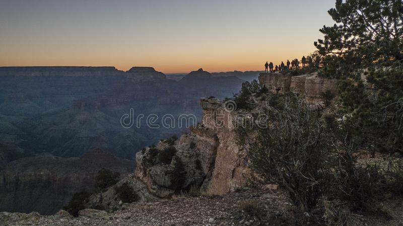观看日出的大峡谷游人 免版税库存照片