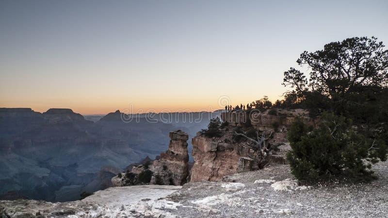 观看日出的大峡谷游人 免版税库存图片