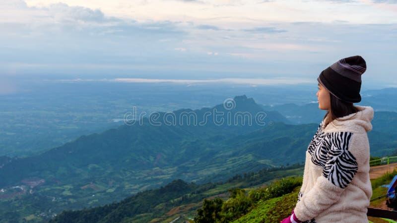 观看日出的妇女游人 免版税图库摄影