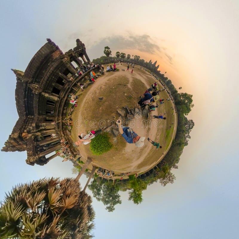观看日出的游人在吴哥窟寺庙,柬埔寨 免版税库存图片