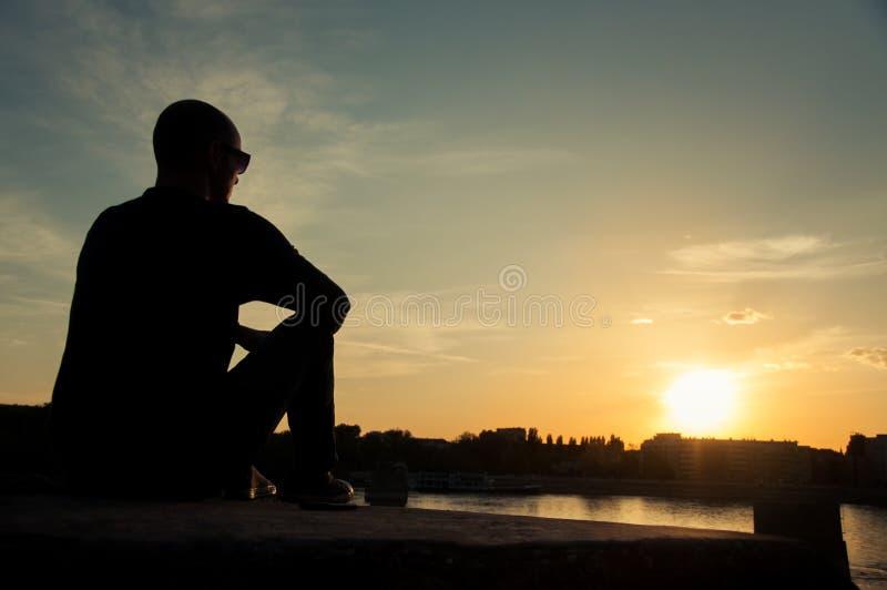 观看日落的人剪影 免版税库存图片