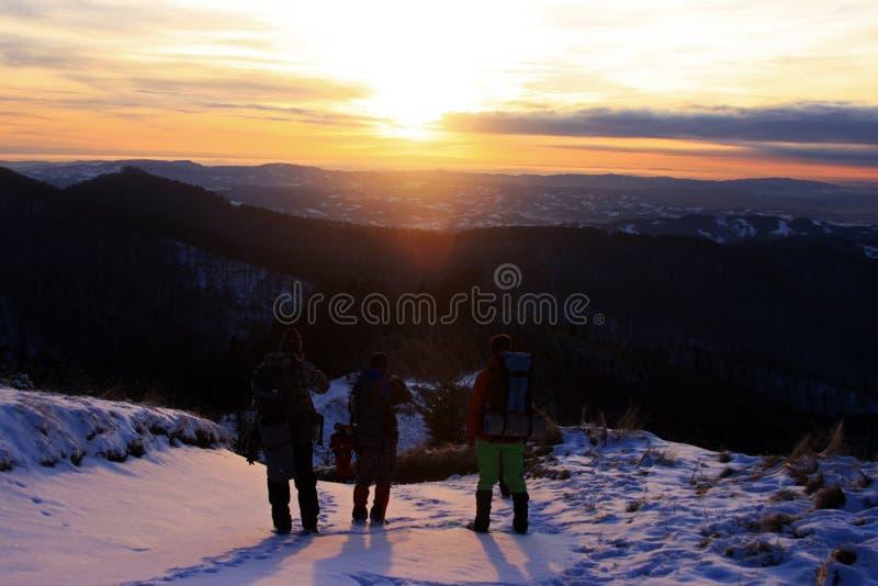 观看日落的朋友从moutain的顶端 库存照片
