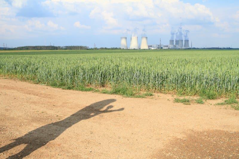 观看核电站的恼怒的妇女的阴影 免版税图库摄影