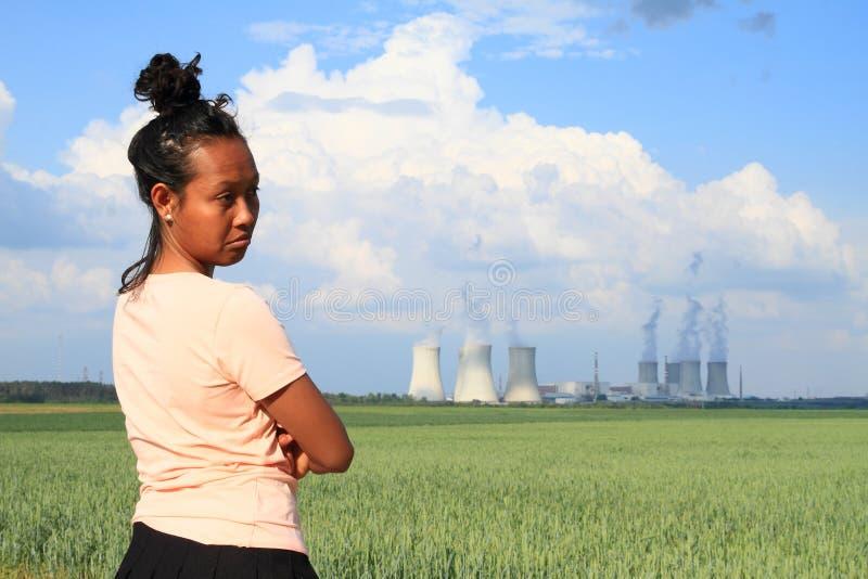 观看核电站Dukovany的哀伤的妇女 免版税库存照片
