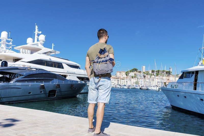 观看港口的旅游人在戛纳 天蓝色的海岸 免版税库存照片