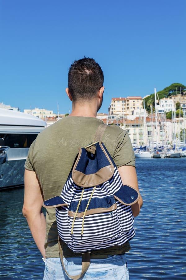 观看港口的旅游人在戛纳 天蓝色的海岸 库存图片