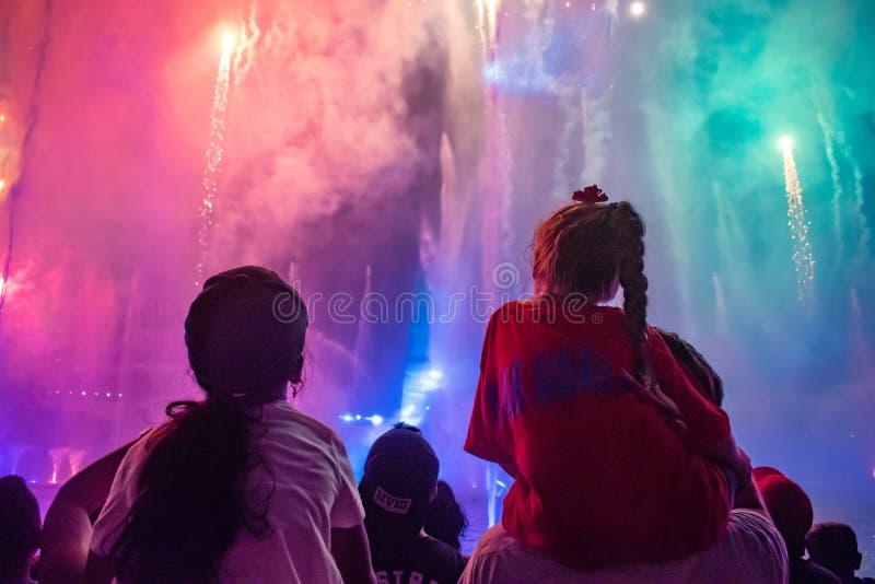 观看烟花和水注的女孩在Seaworld 2显示 免版税库存照片