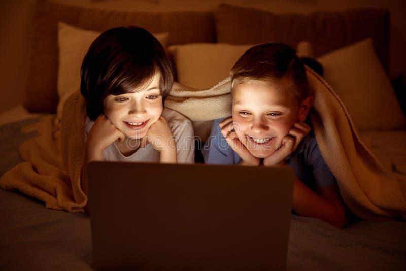 观看电影的两位愉快的年轻人 库存照片