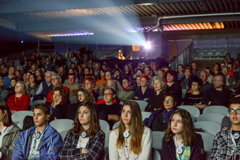 观看电影的人们在贝林佐纳戏院  图库摄影