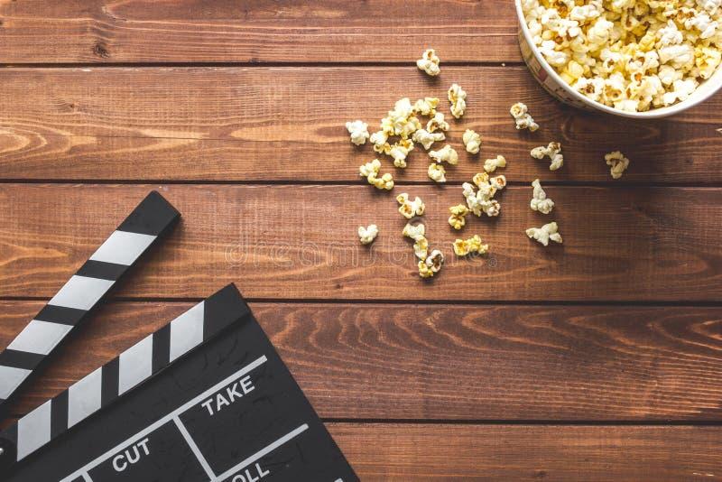 观看的电影用在木背景顶视图的玉米花 图库摄影