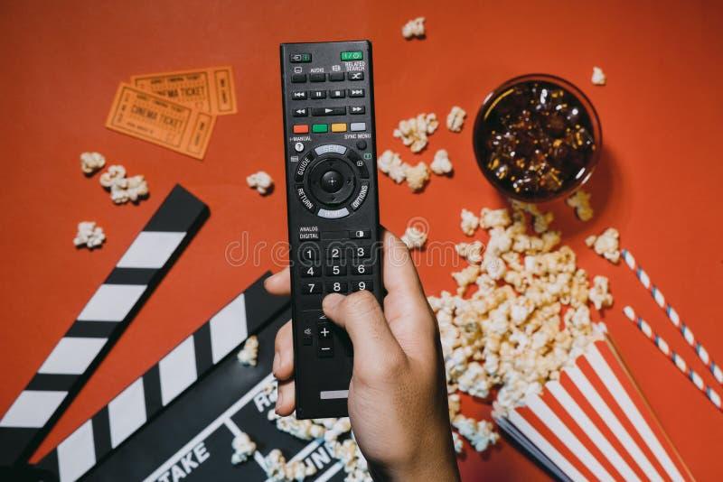 观看的电影的概念有玉米花顶视图黑暗背景 免版税库存照片