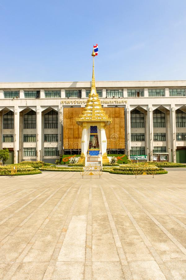 观看皇家火葬场复制品在曼谷城市居民管理 库存照片