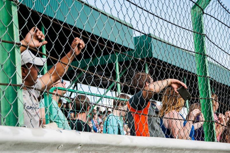 观看竞争的赛跑的爱好者 免版税库存图片