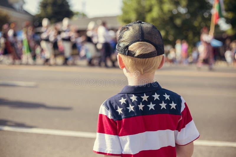 观看美国独立日游行的孩子 图库摄影
