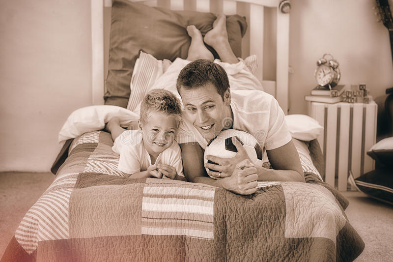观看足球比赛的微笑的小男孩和他的父亲 向量例证