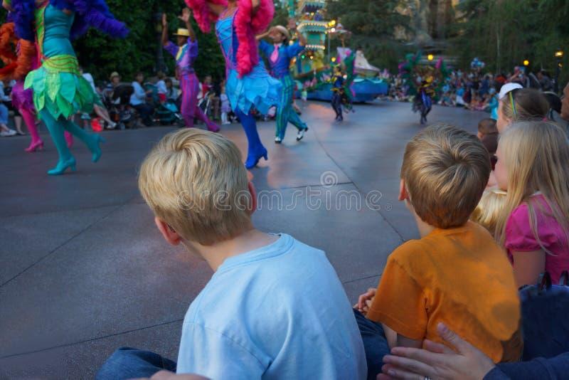 观看迪斯尼游行的孩子 库存图片