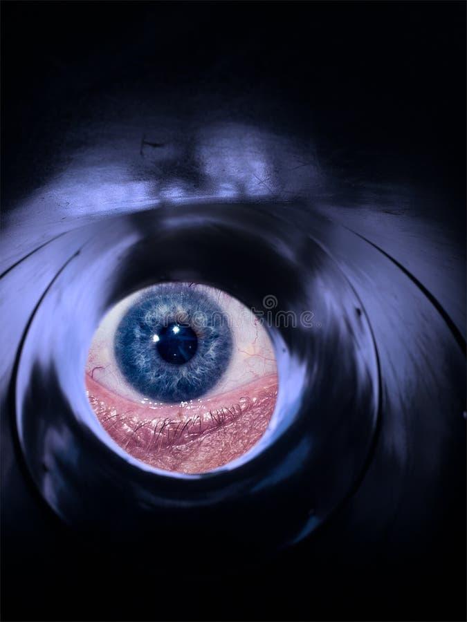 观看通过管的抽象眼睛 免版税库存照片