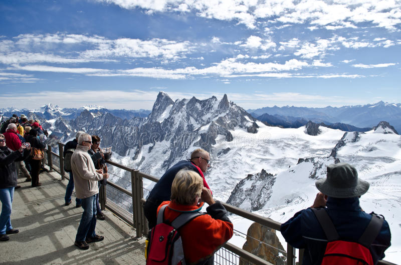 观看阿尔卑斯的游人 免版税库存图片