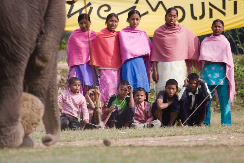 观看马球比赛的村民,在马球比赛期间,塔库尔德瓦拉, Bardia,尼泊尔 免版税库存图片