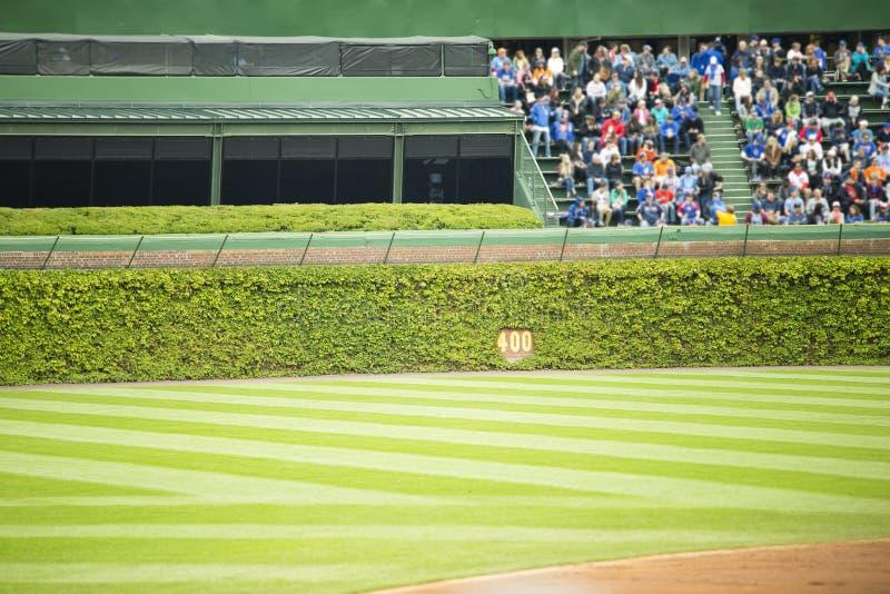 观看从外野就座的观众棒球 免版税库存照片