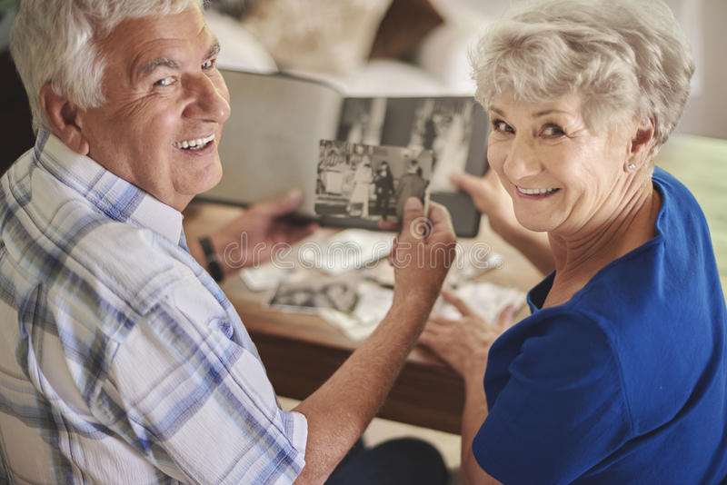 观看他们的老照片的资深夫妇 库存照片