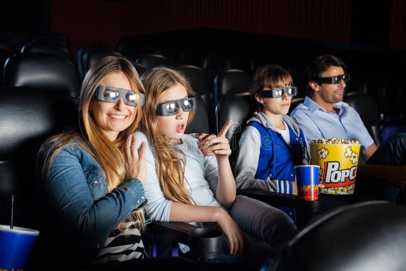 观看3D与家庭的愉快的妇女电影 库存照片