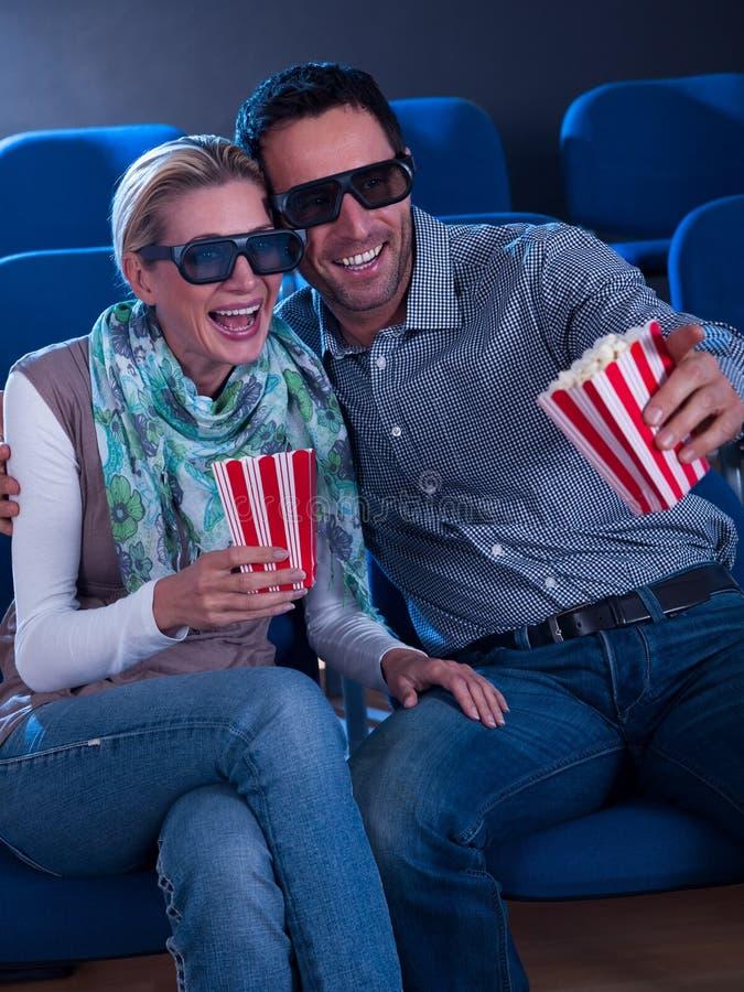 观看3d电影的可爱的夫妇 免版税库存图片