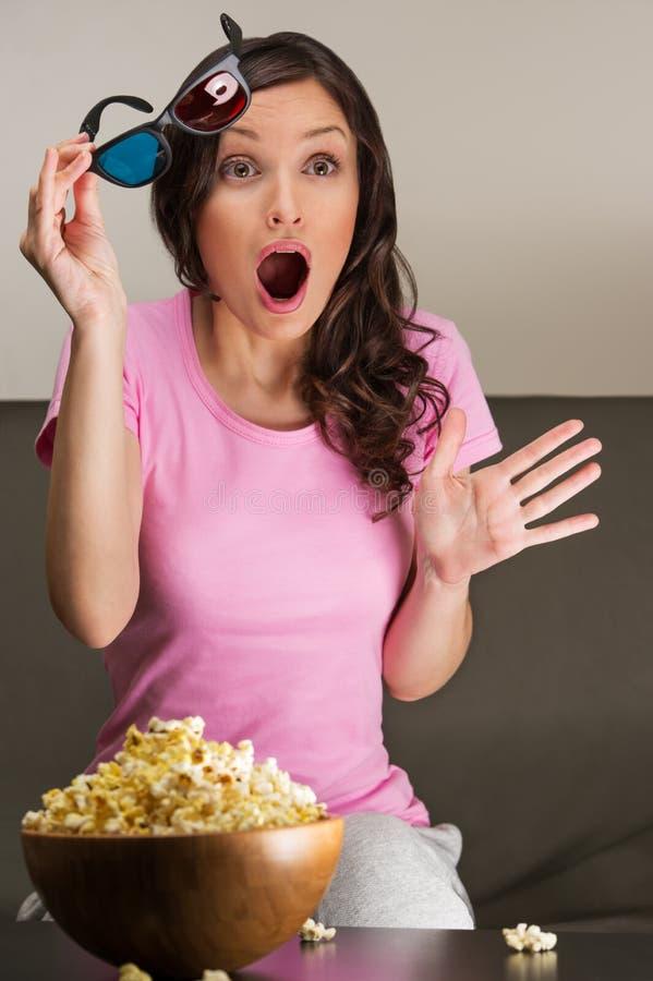 观看3d电影的年轻俏丽的妇女 库存图片