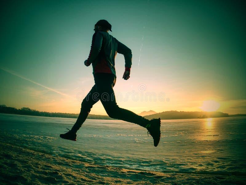 规则冬天锻炼 由沙滩的冻河负责 库存照片