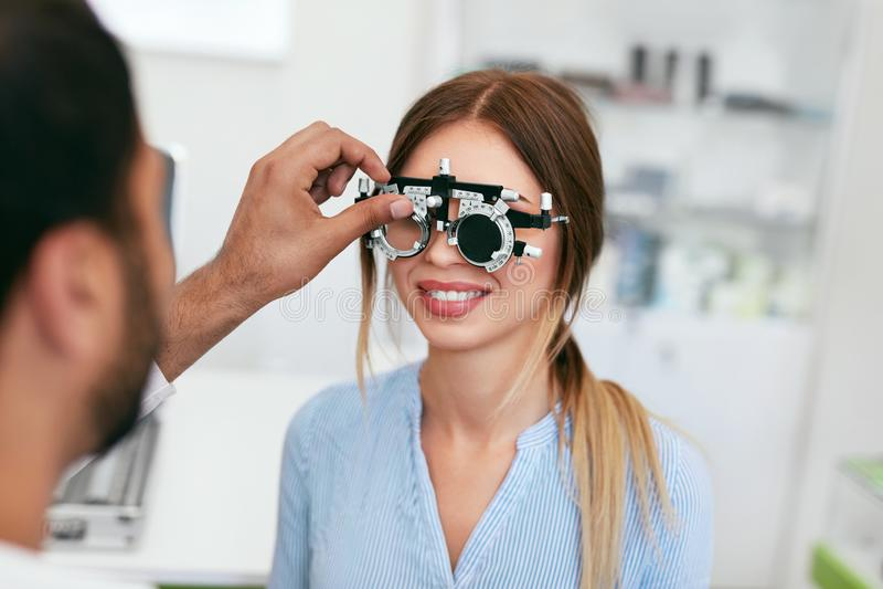 视力测定检查妇女眼力的测试眼科医生在诊所 库存照片